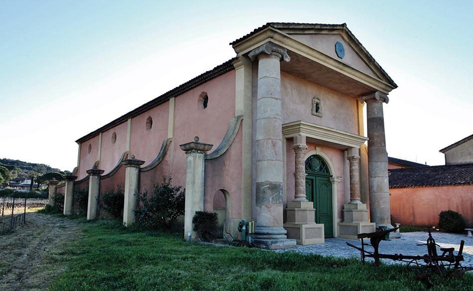 Derrière ces colonnes se cachent site de vinification, de vieillissement et de stockage.