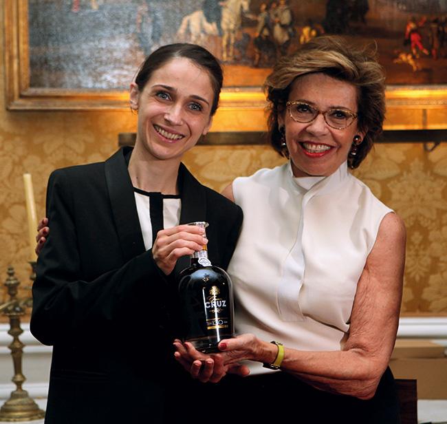 La gagnante du concours, Julia Scavo et Edith Cayard, Présidente du Syndicat des Grandes Marques de Porto.