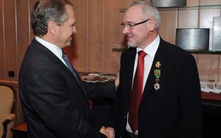 M. Martin, député de la Marne, remettant la médaille de l'Ordre du Mérite Agricole à Yves Chapier en 2011