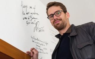 Arvid signant le mur des célébrités