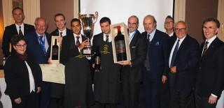 Le vainqueur recevant le trophée