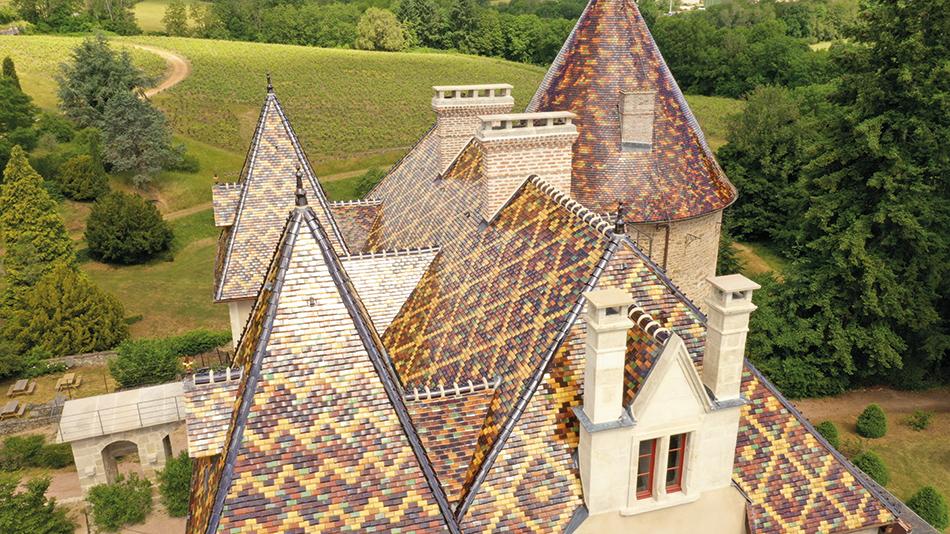 Le toit du château en tuiles vernissées, emblématiques de la Bourgogne.